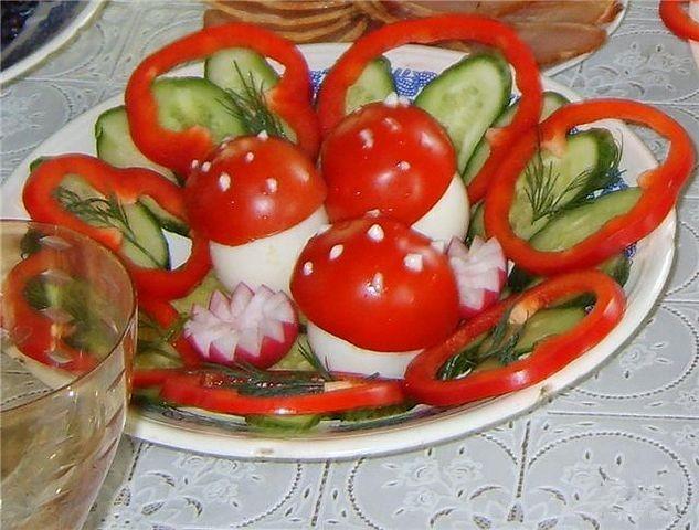 Как сделать салат из помидор огурцов яйца