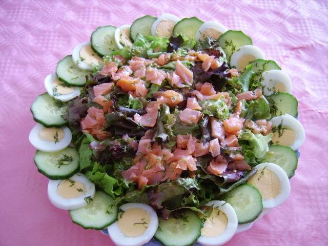 Салат с маринованным лососем фото