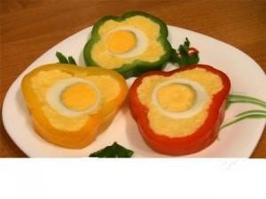 Паприка, фаршированная сыром и яйцом