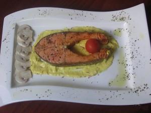 Стейки из лосося в сливочном шафранном соусе