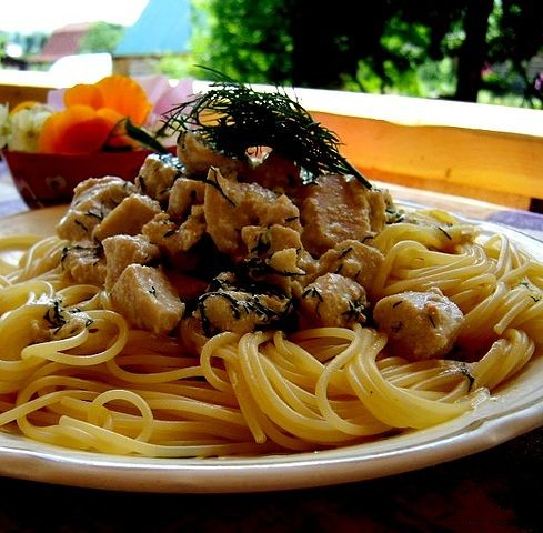 спагетти с курицей в сливочном соусе с овощами