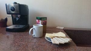 Готовим тесто для выпечки на столешнице из камня