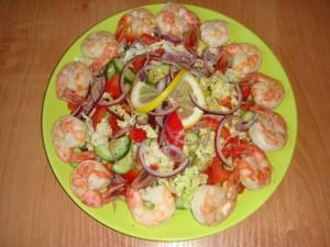 Салат овощной с жареными креветками
