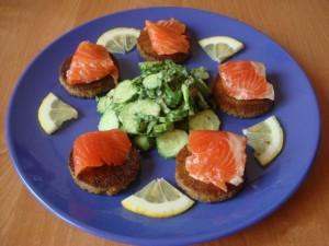 Гренки с лососем и салатом