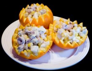 Салат из морепродуктов в апельсинах
