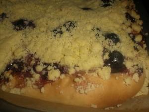 Творожный пирог с голубикой и присыпкой