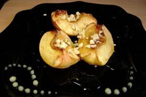 Айва запеченная в меду с орехами