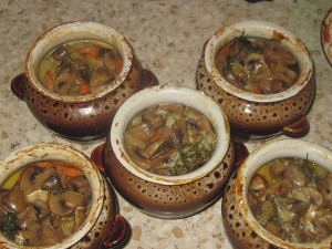 Овощи с мясом и грибами в горшочке