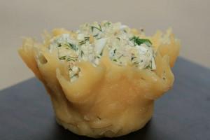 Морской салат в сырной корзиночке