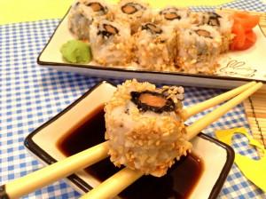 вывернутые роллы с лососем в кунжуте и арахисе